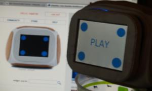 """En segundo plano el widget """"sonando"""" sobre la simulación que proporciona el sitio. Más cerca, el Chumby real sin decir ni """"pio"""" ¿qué pasa?"""