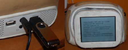 Chumby, a la izquierda, disfrutando de un chute de código puro via USB. A la derecha, el mismo Chumby, esta vez de frente, mostrando la respuesta a una petición realizada al servidor en Rockola.fm