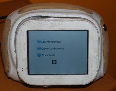 selección entre tres de las emisoras preconfiguradas en Rockola.fm incluyendo capacidad para avanzar tema