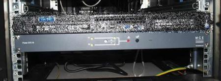 """Abajo, el STS que sirve para cambiar, con un solo botón, el origen del suministro eléctrico (útil durante las tareas de mantenimiento del SAI). Lo que está encima es un switch que admite redes virtuales para comunicar los """"frontales"""" (DMZ) con los """"datos"""" (Intranet)"""