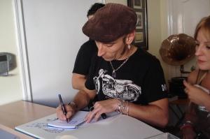 Fito firmando en nuestro libro de visitas